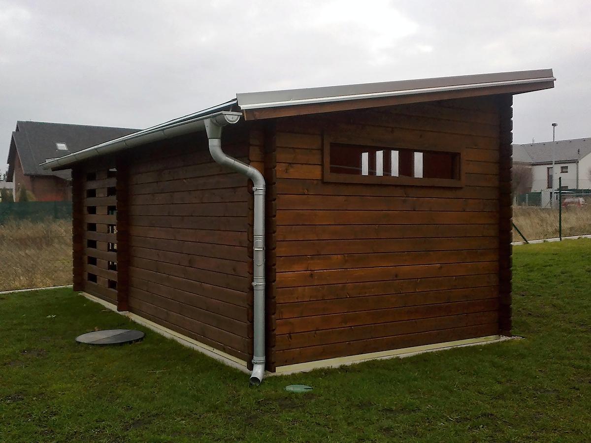 Kamal 3 EKO 300x200 28 mm - Moderní nářaďový zahradní domek Kamal s čelním přesahem střechy 30 cm a boční přístavbou. Oplechování střechy + okapy.