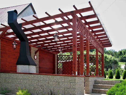 Pergola Standard ke zdi domu 630x370_atyp - Velká pergola ke zdi domu a polykarbonátovými deskami WT a kosočtvercovou mřížovou zástěnou.