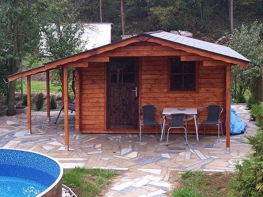 Laura EKO 300x300 s přesahem 170 cm a s přístřeškem - Zahradní domek Laura EKO s čelním přesahem střechy 170 cm a s bočním přístřeškem. Standardní provedení.