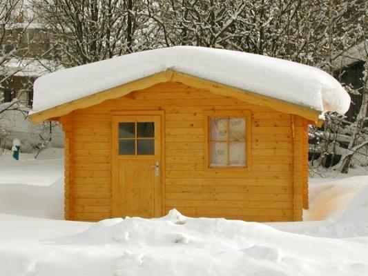 Laura_přesah 70 cm_zima - Zahradní domek Laura s čelním přesahem střechy 70 cm a s čepicí na střeše. Atypické provedení dle přání zákazníka.