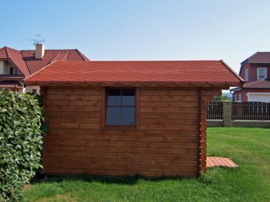 Laura s bočním oknem - Zahradní domek Laura s bočním oknem navíc a přesahem střechy 70 cm. Atypické provedení dle přání zákazníka.