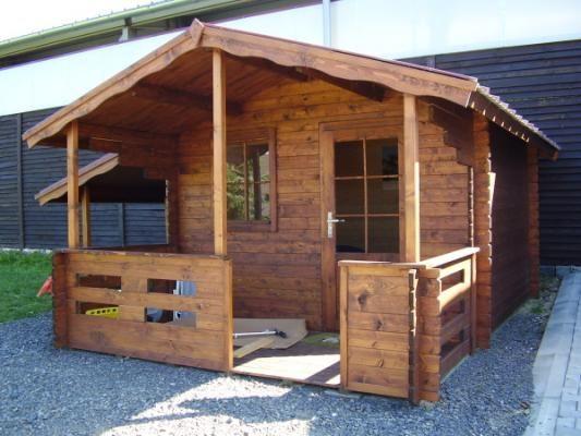 Luka 300x300 s bočním přístřeškem - Zahradní domek Luka s čelním přesahem střechy 170 cm a terasou. Navíc je vybaven bočním přístřeškem.