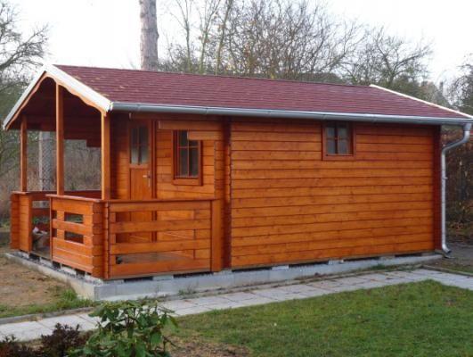 Luka 300x350 s oplechováním - Zahradní domek Luka s čelním přesahem střechy 170 cm a terasou. Navíc je osazen okapy a svody, lemy střechy jsou oplechovány.