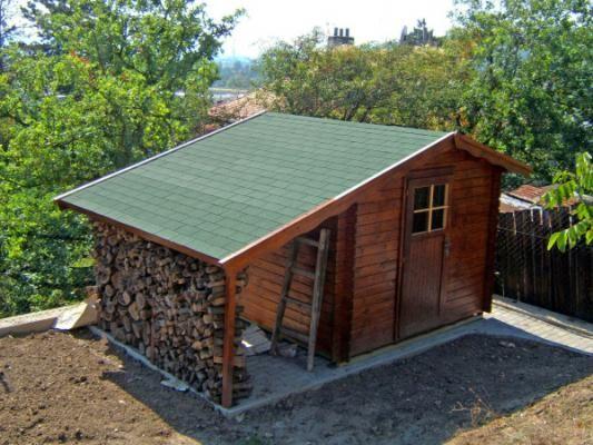 Albert 250x250 s přístřeškem - Nářaďový zahradní domek Albert s čelním přesahem střechy 30 cm a s bočním přístřeškem.