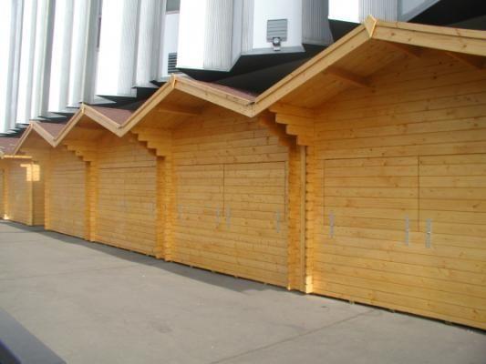 stánky Standard 300x250 - Ústí/Labem - Srubové stánky Standard s čelním přesahem střechy 70 cm a dvojitou okenicí. Jsou upraveny tak, že na sebe přímo navazují.