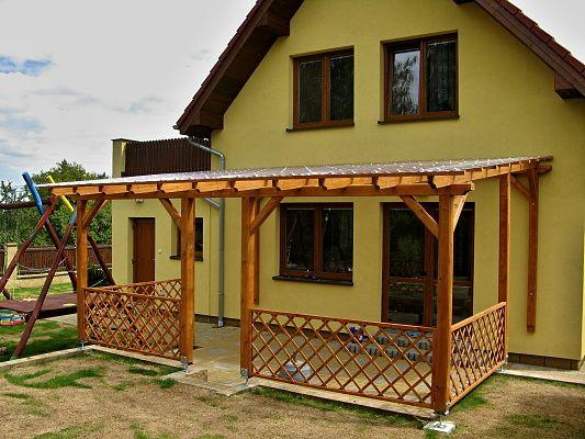 Pergola Standard ke zdi domu 300x570 - Zahradní pergola se střechou z polykarbonátových desek WT a mřížovým zábradlím.