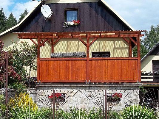 Pergola Standard ke zdi domu 300x460 - Pergola u zdi domu s palubkovou zástěnou.