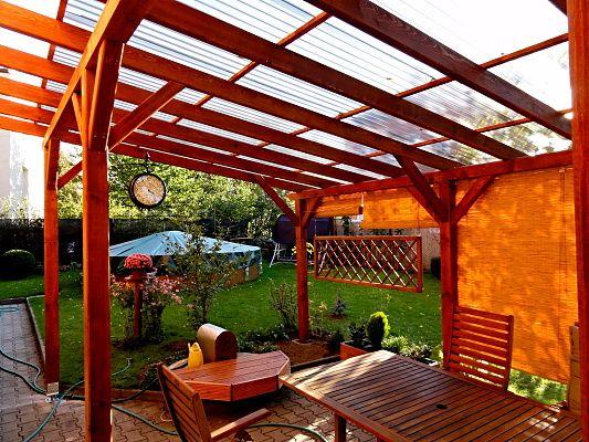 Pergola Standard_polykarbonát WT - Zahradní pergola u zdi domu se střechou z polykarbonátových desek WT.