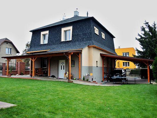 Pergola Standard ke zdi domu 300x900 - Zahradní pergola se střechou z palubkového záklopu, s oplechováním lemů střechy, okapy a svody.