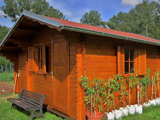 Zita 440x350 - Zahradní chatka Zita EKO s čelním přesahem střechy 30 cm a s přístavkem. Navíc 1 x okno a okenice.