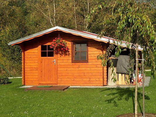 Laura EKO 300x300 + přístřešek - Zahradní domek Laura EKO s čelním přesahem střechy 70 cm a s bočním přístřeškem. Standardní provedení.