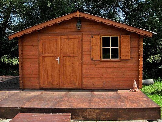 Laura EKO DD 350x300_atyp - Zahradní domek Laura EKO s čelním přesahem střechy 30 cm a s dvoukřídlými plnými dveřmi. Okno s okenicí. Atypické provedení podle přání zákazníka.