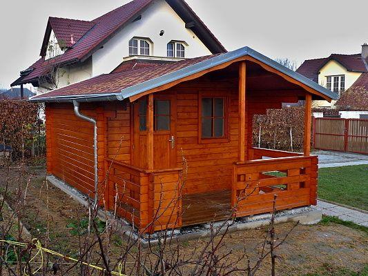 Luka 300x350 - Zahradní domek Luka s čelním přesahem střechy 170 cm a terasou. Navíc je osazen okapy a svody, lemy střechy jsou oplechovány.