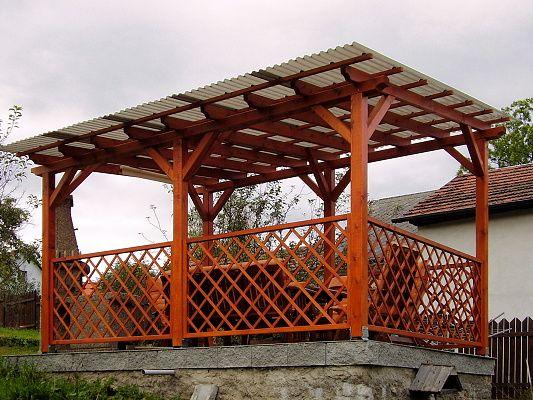 Pergola Standard 300x420 - Zahradní pergola se střechou z polykarbonátových desek WT a mřížovými zástěnami.