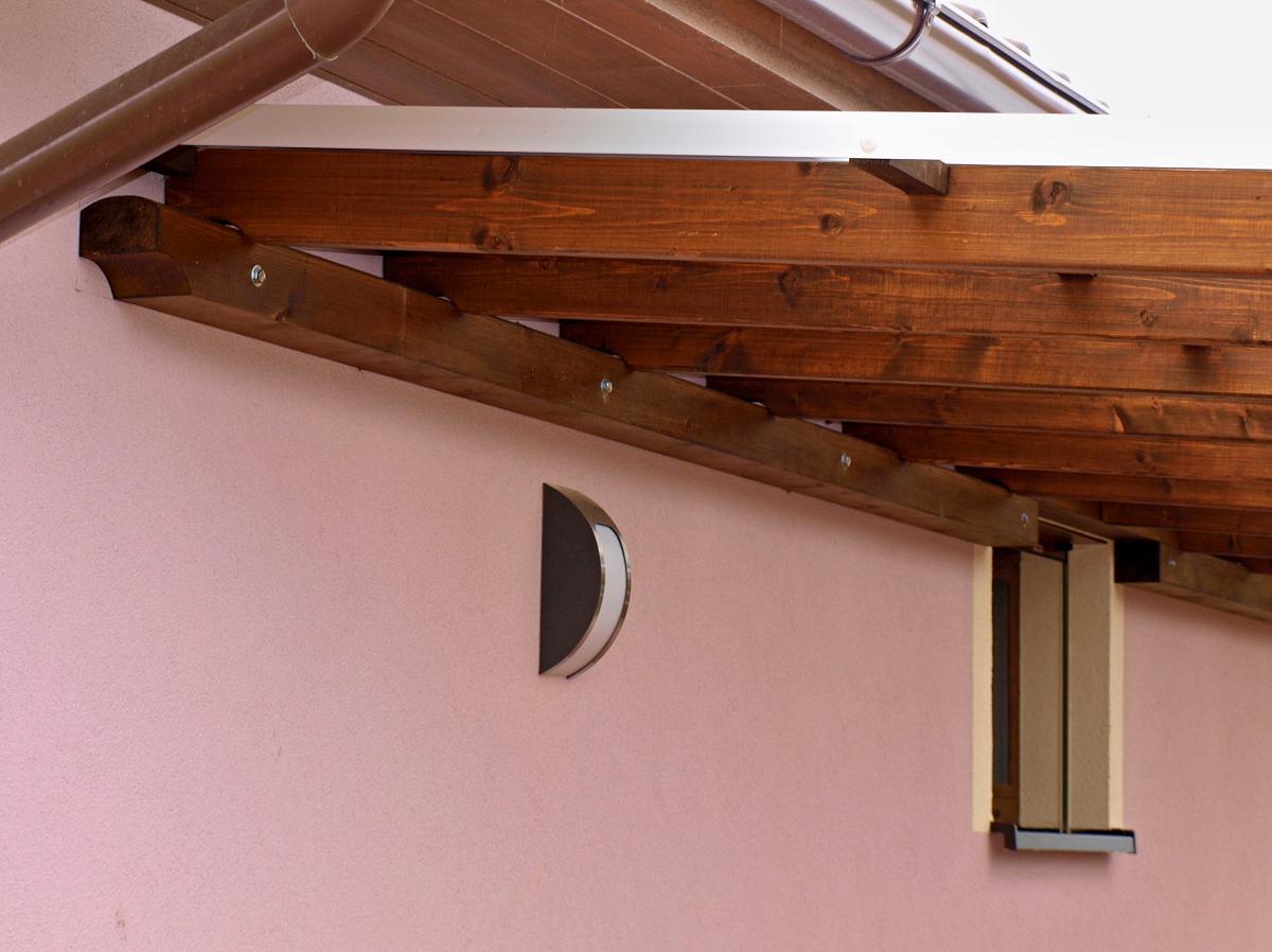 Garážové stání Standard ke zdi 300x800 - Detail přikotvené vaznice bez podpůrných stojek.
