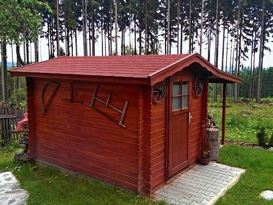 Albert EKO 200x300 + pristresek - Nářaďový zahradní domek Albert s čelním přesahem střechy 30 cm a bočním přístřeškem. Standardní provedení.