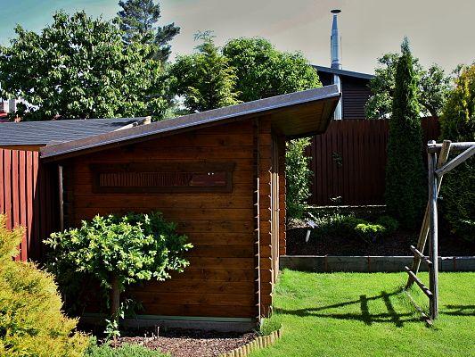 Kevin 300x200_delší čelní přesah - Zahradní nářaďový domek Kevin s atypickým čelním přesahem střechy 70 cm.