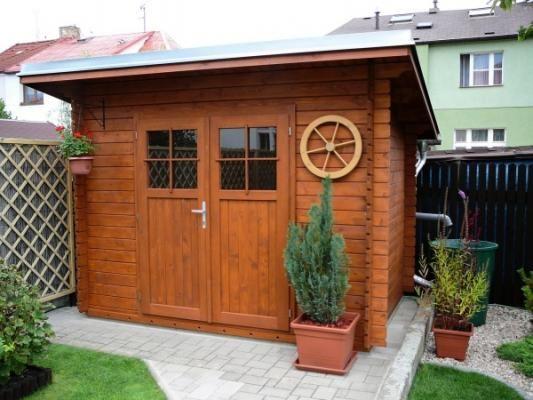 Robin 300x200 DD - Nářaďový zahradní domek Robin s čelním přesahem střechy 30 cm a dvoukřídlými dveřmi. Okapy, svod a oplechování střechy - pozink.