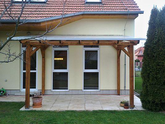 Pergola Standard ke zdi domu 210x350 - Pergola u zdi domu s komůrkovým polykarbonátem Click.
