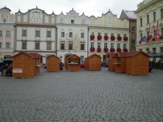 stánek demontovatelný 200x150_Pardubice - Panelový demontovatelný stánek s okenicí a s červenou asfaltovou lepenkou.