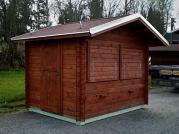 Stánek Standard 290x220 cm - Srubový stánek s čelním přesahem střechy 50 cm. Oplechování střechy.