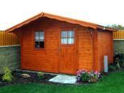 Laura_přesah 70 cm - Zahradní domek Laura s čelním přesahem střechy 70 cm a s pravými dveřmi. Atypické provedení dle přání zákazníka.