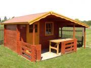 Claudia 300x250 cm s doplňky - Zahradní domek Claudia s prodlouženým čelním přesahem střechy na 170 cm, terasou a s bočním přístřeškem. Atypické provedení dle přání zákazníka.