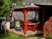 Pergola Standard 300x520 - Zahradní pergola u zdi domu se sklonem krokví. Záklop a střešní krytinu si zákazník pořizoval sám.