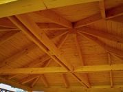 Střešní konstrukce altánu Atelier - Střešní konstrukce altánu Atelier je tvořena krokvemi nárožními a námětkovými, střešní rovina je zavětrována kleštinami.