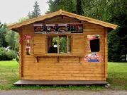 Stánek Standard 300x200 cm - Srubový stánek s čelním přesahem střechy 70 cm. Navíc je osazen prosklenou vitrínou a prodejním oknem.