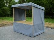 stánek plátěný 200x150 - Plátěný stánek se střechou, zakrytým pultem a s prodejním pultem. Navíc je opatřen plátěnými boky.