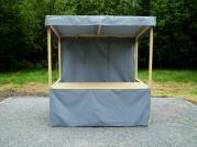 stánek plátěný 200x150 - Plátěný stánek se střechou, zakrytým pultem a s prodejním pultem. Navíc je opatřen plátěnými zády.