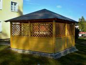 Altán Atelier 400x400 cm - Zahradní altán Atelier s mřížovými zástěnami a lavičkami. Střešní krytinou je zde nenasákavá lepenka V13.