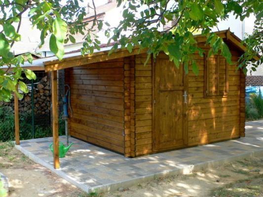 Claudia 300x250 - Zahradní domek Claudia s čelním přesahem střechy 30 cm a bočním přístřeškem. Navíc 1 x okenice a plné dveře.