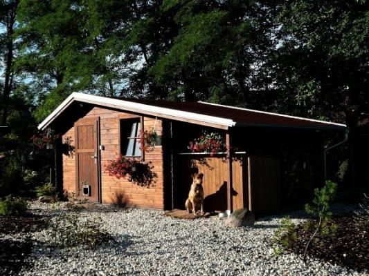 Claudia 350x350 - Zahradní domek Claudia s okapy a svody, lemy střechy jsou oplechovány. Vchodové dveře jsou plné, bez prosklení.