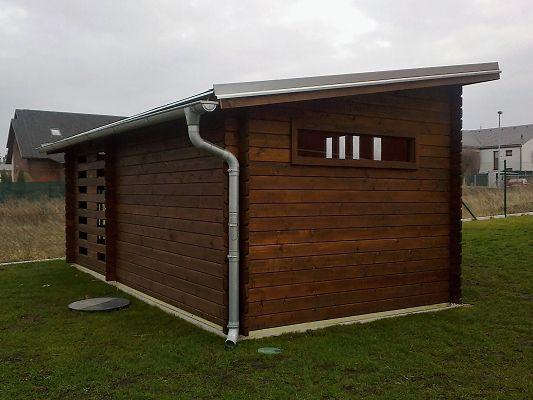 Kamal 3 EKO 300x200 28 mm - Moderní nářaďový zahradní domek Kamal s čelním přesahem střechy 30 cm a boční přístavbou. Oplechování střechy a okapy.