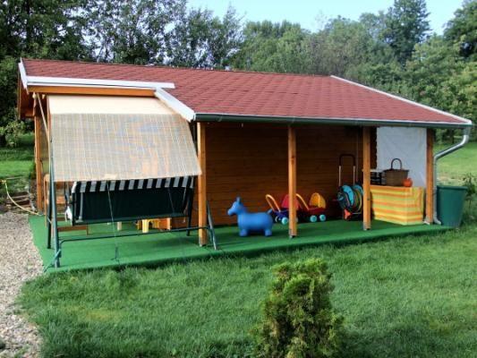Laura EKO 300x350 s přesahem 170 cm a s přístřeškem - Zahradní domek Laura EKO s čelním přesahem střechy 170 cm a s bočním přístřeškem. Oplechování střechy, okapy a svody - pozink.
