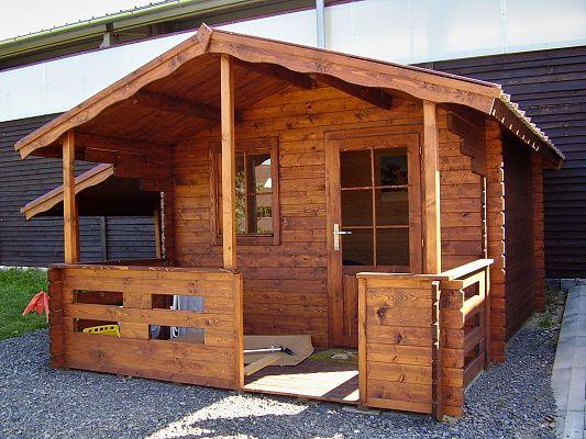 Luka EKO 300x300 s bočním přístřeškem - Zahradní domek Luka s čelním přesahem střechy 170 cm, terasou a bočním přístřeškem.
