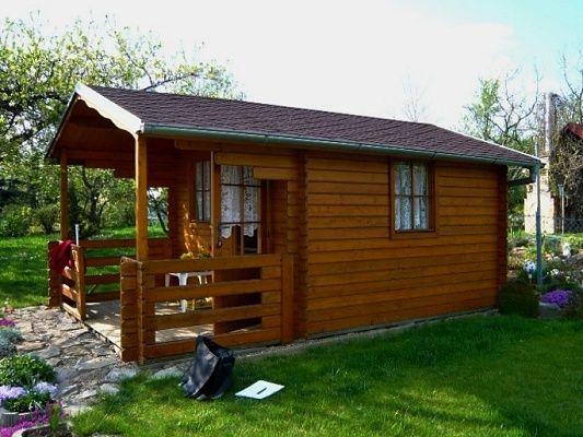 Luka 300x300 - Zahradní domek Luka s čelním přesahem střechy 170 cm a terasou. Navíc je osazen okapy a svody.