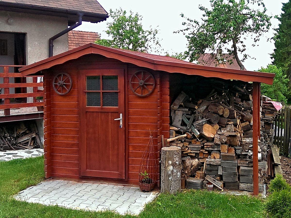 Albert EKO s přístřeškem - Nářaďový zahradní domek Albert EKO s čelním přesahem střechy 30 cm a bočním přístřeškem. Standardní provedení.