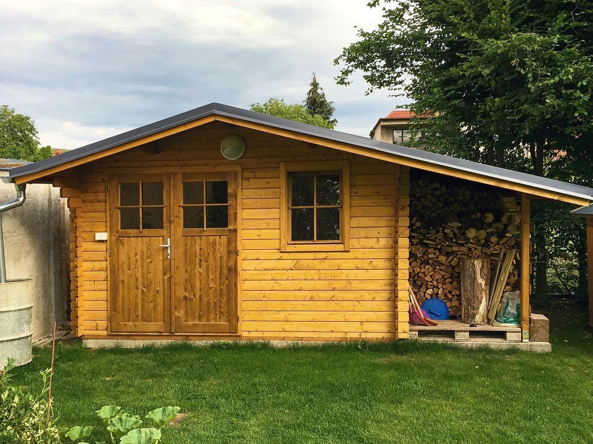 Laura EKO DD_PR_350x300 - Zahradní domek Laura EKO s dvoukřídlými dveřmi a bočním přístřeškem.