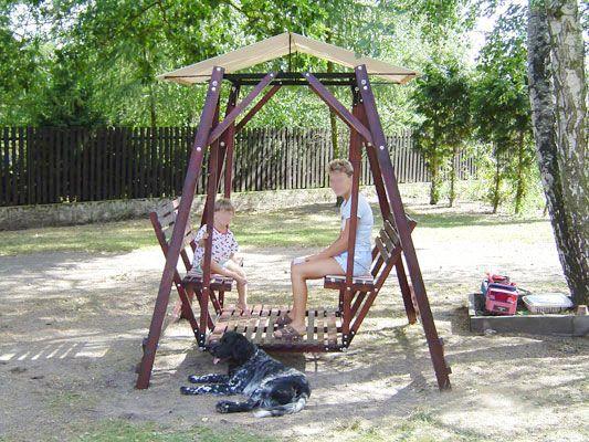 Zahradní retro houpačka - Rodinná zahradní houpačka jako stvořená pro radost dětí a lenošení dospělých.